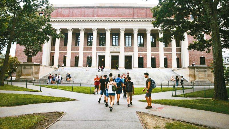哈佛大學六日宣布今秋新學期將只有大學部總學生人數四成到校,主要透過網路教學。 (美聯社資料照片)
