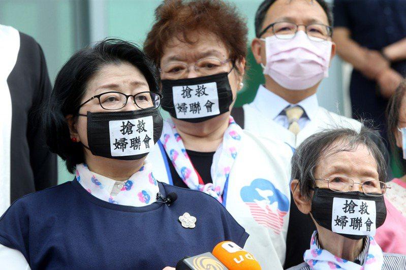 婦聯會主委雷倩(左)日前與全體常委請求司法救濟。 圖/聯合報系資料照片