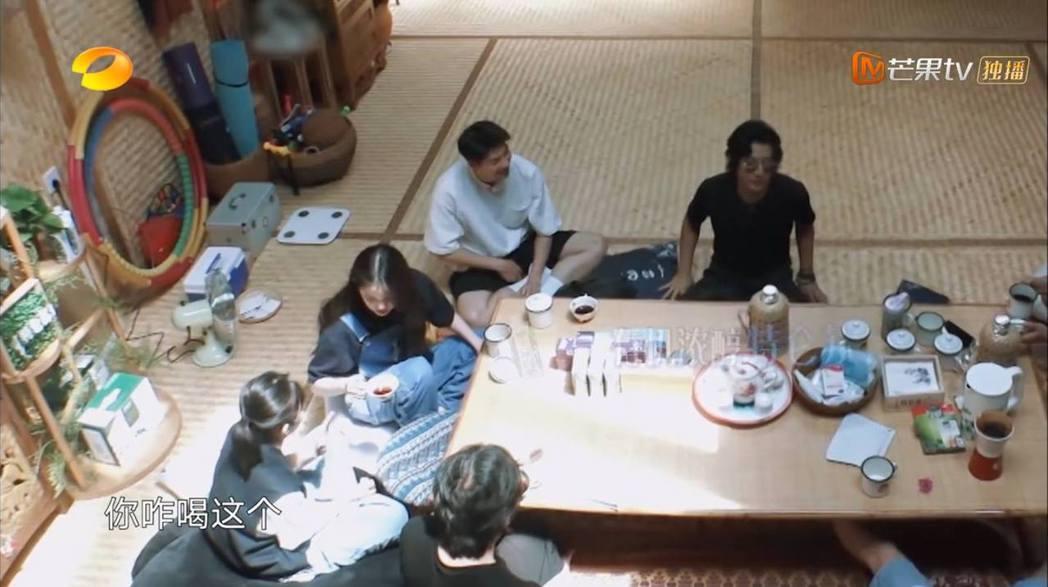 許光漢參加《嚮往的生活》實境節目,與大家都還不熟,大多數時間都只能在一旁尷尬的傻...