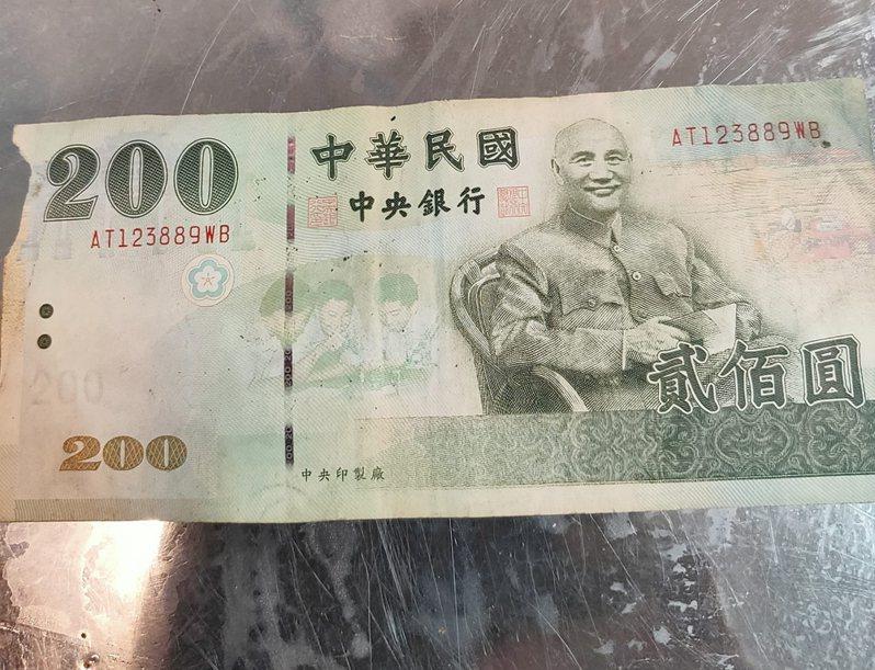 一名做生意的女網友收到一張200元面額紙鈔卻找不出去,其他鄉民建議她可以放在皮包當錢母生財。 圖/翻攝自爆怨公社
