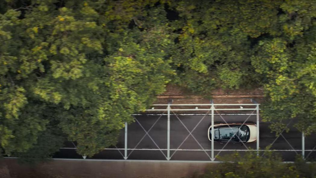 Ariya的車頂似乎有著全景天窗的設計。 摘自Nissan