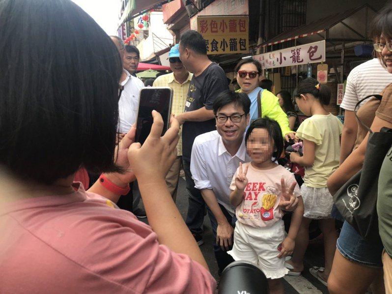 民進黨高雄市長參選人陳其邁今天下午到旗山拜票,熱情民眾要求合影。記者徐白櫻/攝影