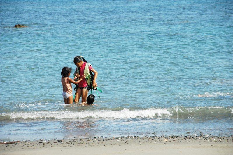 台東縣府推廣衝浪運動、沙灘休憩,卻未對相關水域休憩活動擬定管理規範,只是在海邊立個告示牌「此處水域危險,禁止戲水」。記者羅紹平/攝影