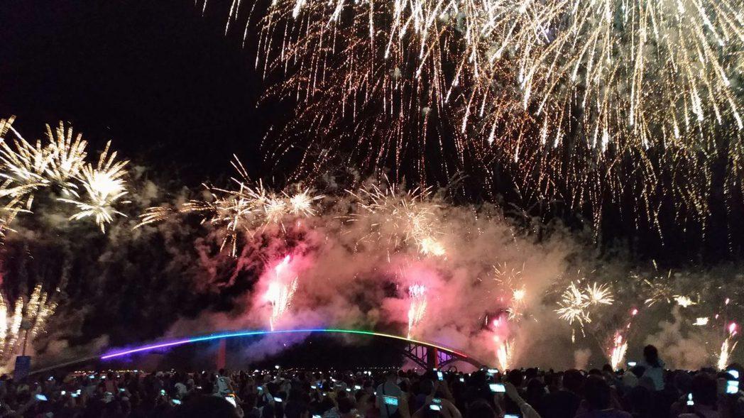 遊客爭睹澎湖花火節的煙火。記者楊德宜/攝影