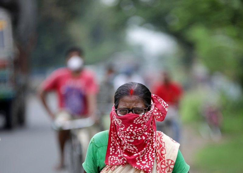 印度新冠肺炎感染率激增,確診案例在過去9天內從60萬躍升至82萬916例,11日新增2萬7114例,並519例死亡病例,累計2萬2123人病故,疫情高居全球第三。 歐新社