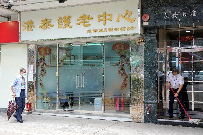 香港有700多間護老院舍,其中位於慈雲山的港泰護老中心成為香港首間爆發疫情的護老院。 香港中國通訊社