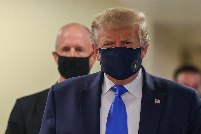 在疫情期間一直抗拒戴口罩的川普總統,11日訪問華特里德軍醫院時,難得地戴上口罩;這是他自新冠疫情爆發以來,首度戴著口罩公開亮相。 路透社