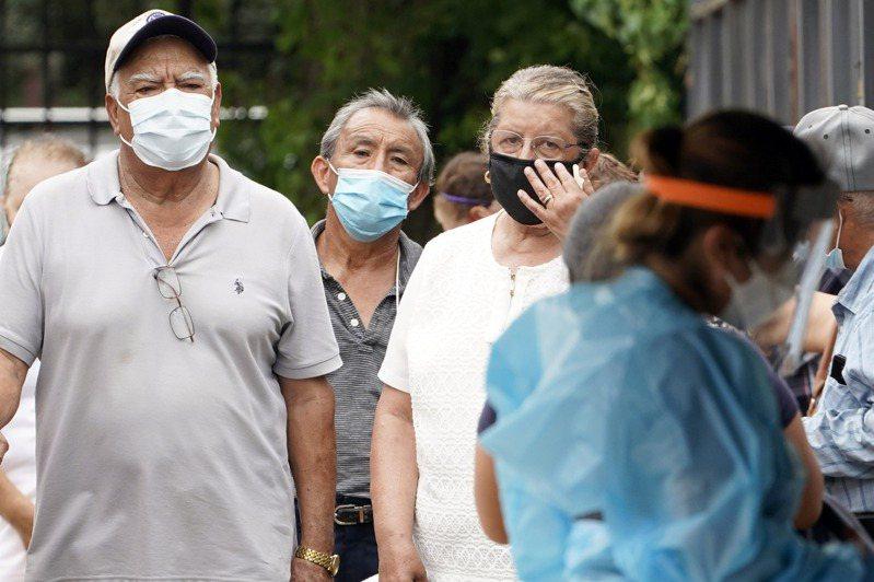 新冠疫情反撲來勢洶洶,美國過去七天已造成超過4200人死於新冠肺炎,專家警示疫情可能更嚴重。圖/美聯社資料照