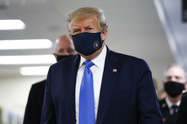 川普終於戴口罩了 首次公開亮相!