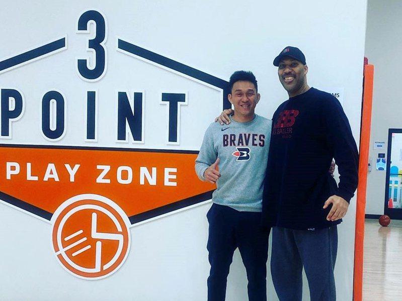 退役籃球明星楊玉明(左)在美國開籃球學校,場地專業連美國職籃NBA球星都來商借練習。圖右球爸鮑爾。中央社