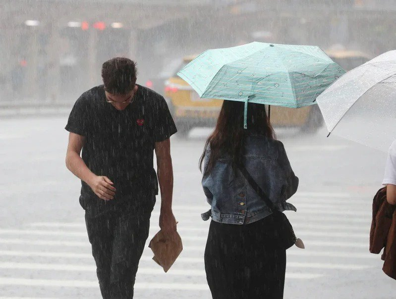 中央氣象局說,周三起到周五水氣增加,中南部一整天都有降雨機率,午後雷陣雨範圍也會...