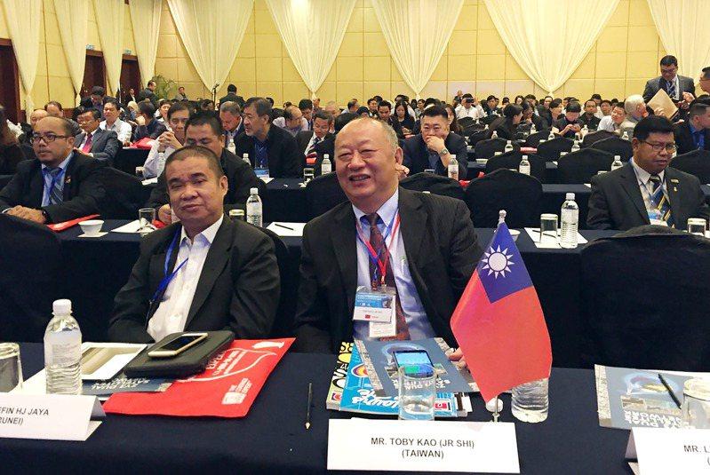 東南亞測繪學會理事會(AFLAG)理事代表、中華民國測繪業商業同業公會理事長高治喜(圖中)。圖/高治喜提供