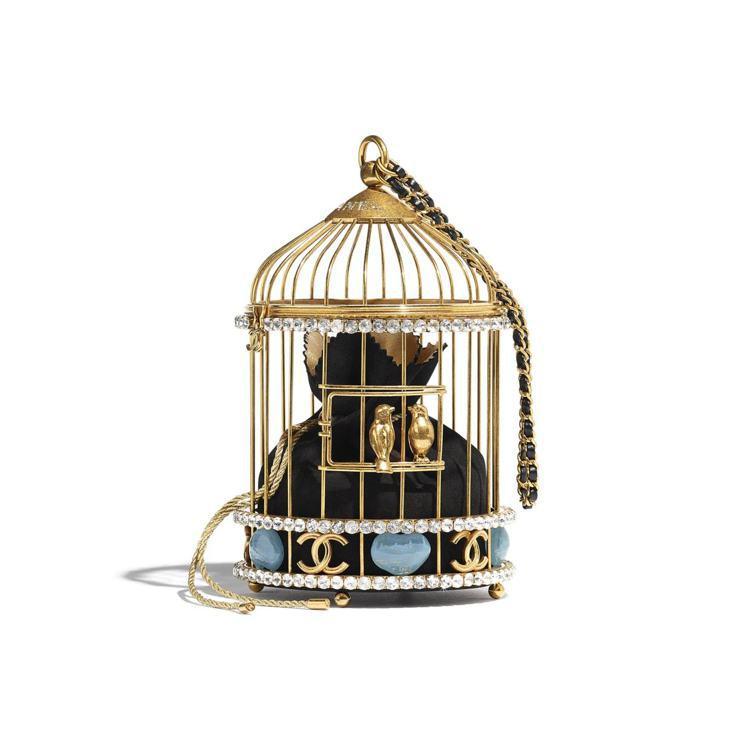 金色金屬鳥籠配上內裡的小羊皮收納袋(有黑、米色兩款),外面使用琺瑯、水鑽點綴,還...