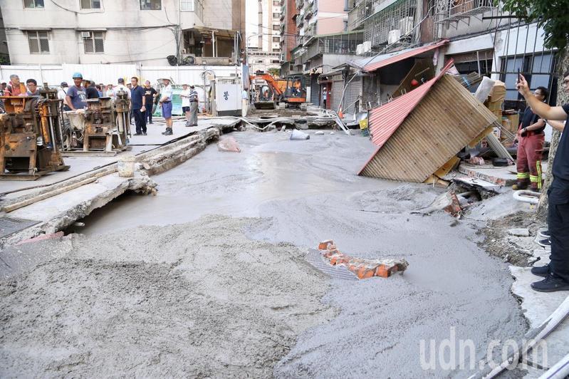 新北市永和區一處建築工地昨因地下水滲漏,導致巷道路面大面積崩塌。記者林伯東/攝影