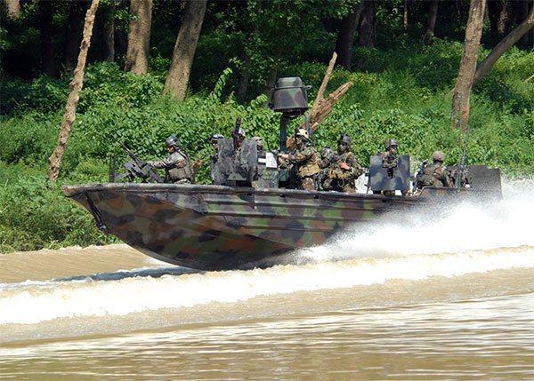 海軍司令部採購突擊艇登船工具組,傳出由曾行賄軍方的業者得標。 圖/取自US NAVY