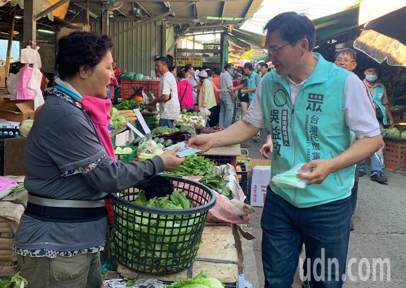 高雄市長補選民眾黨參選人吳益政(右)到左營哈囉市場拜票,他表示能把菜市場做好,就是最好的市長!記者徐如宜/攝影