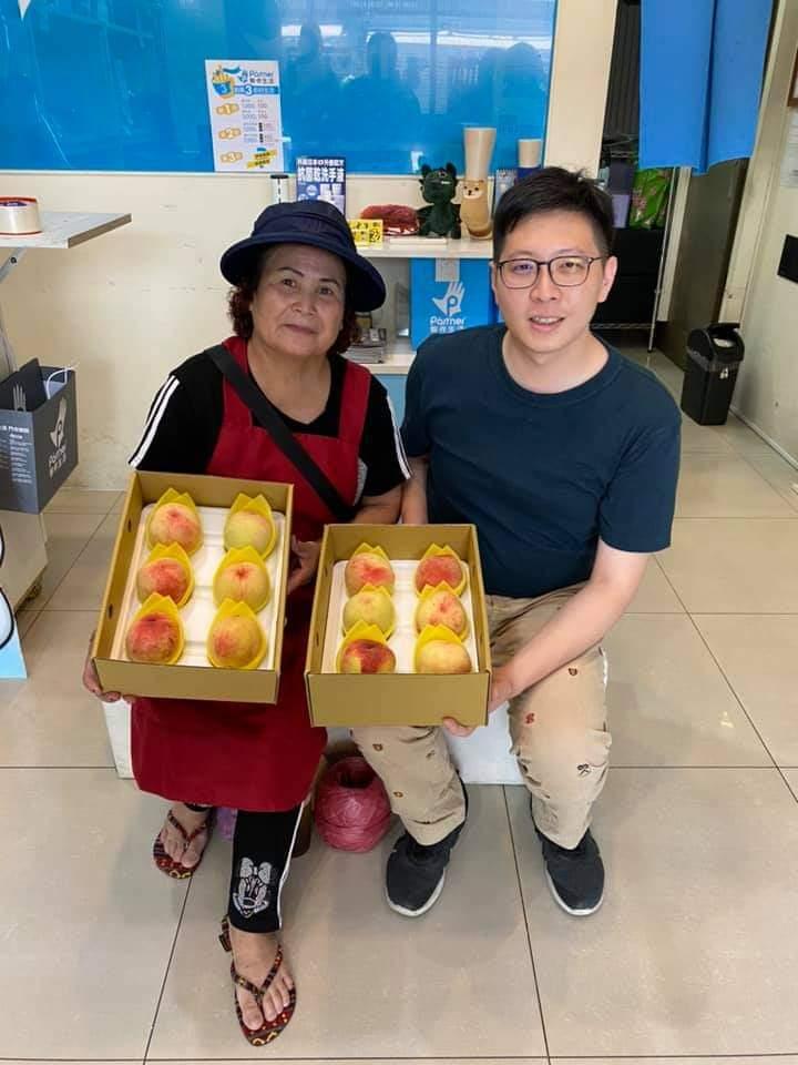 王浩宇在臉書和「我是中壢人」粉團為小農宣傳水蜜桃。圖/取自桃園市議員王浩宇臉書