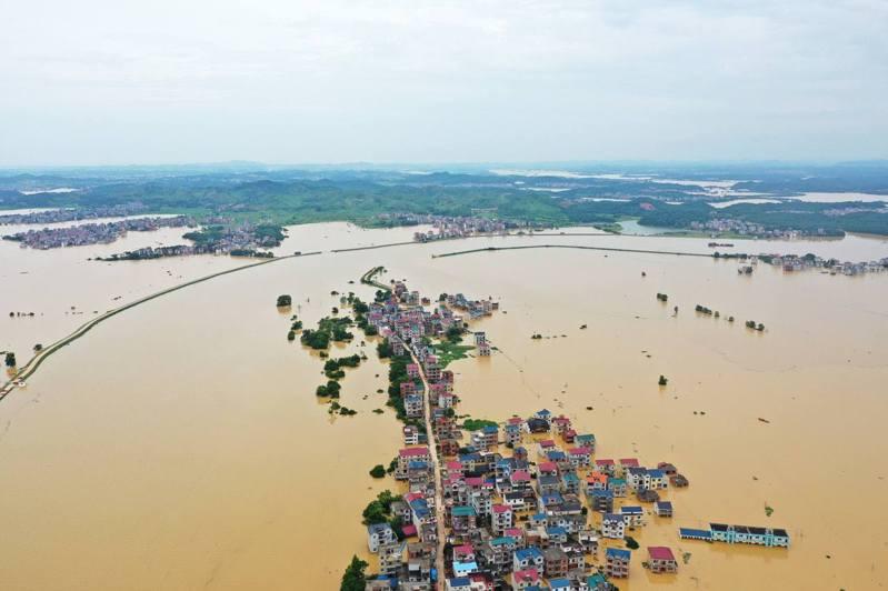 江西鄱陽縣圩堤漫潰,目之所及汪洋一片,不少房屋已淹沒至一樓。(中新社)