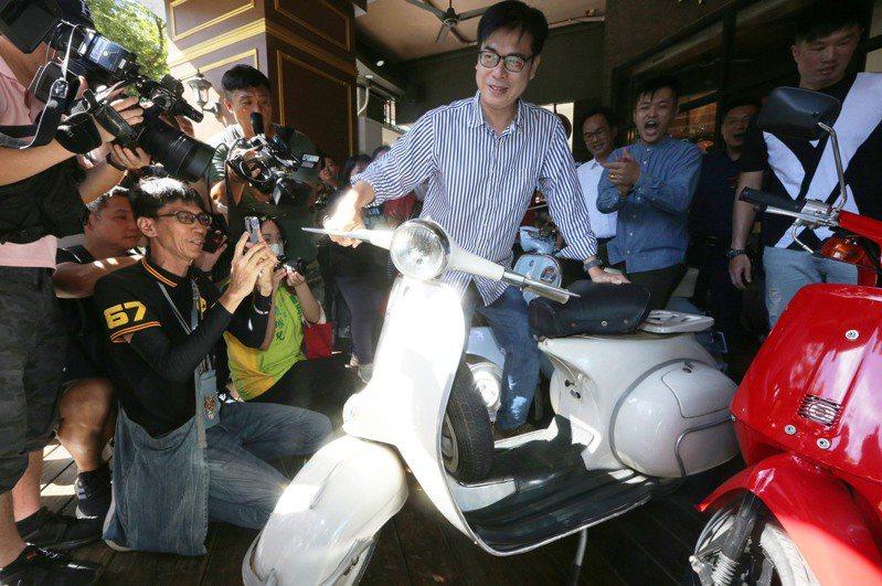 民進黨高雄市長補選參選人陳其邁,11日到在地青年創設、以偉士牌機車為主題的特色餐廳,與年輕族群做創業交流,並提出他的青年政見。本報資料照片