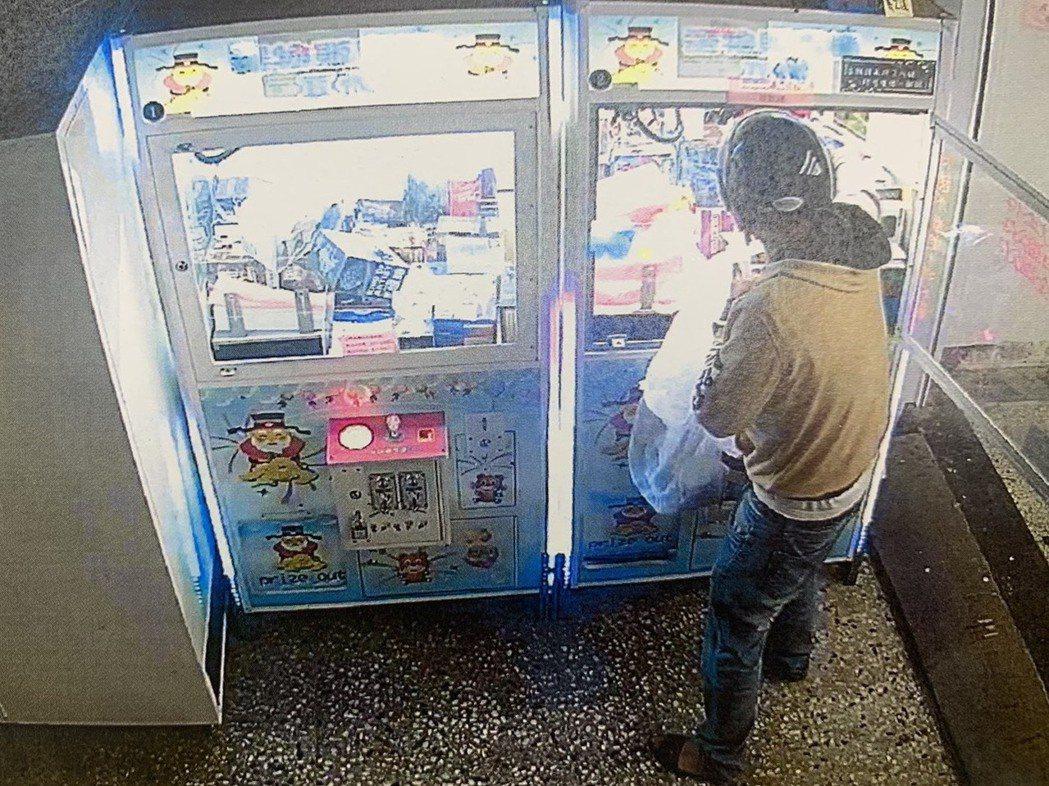 陳姓男子以自身擁有的娃娃機鑰匙,行竊他家娃娃機台內商品。圖/讀者提供