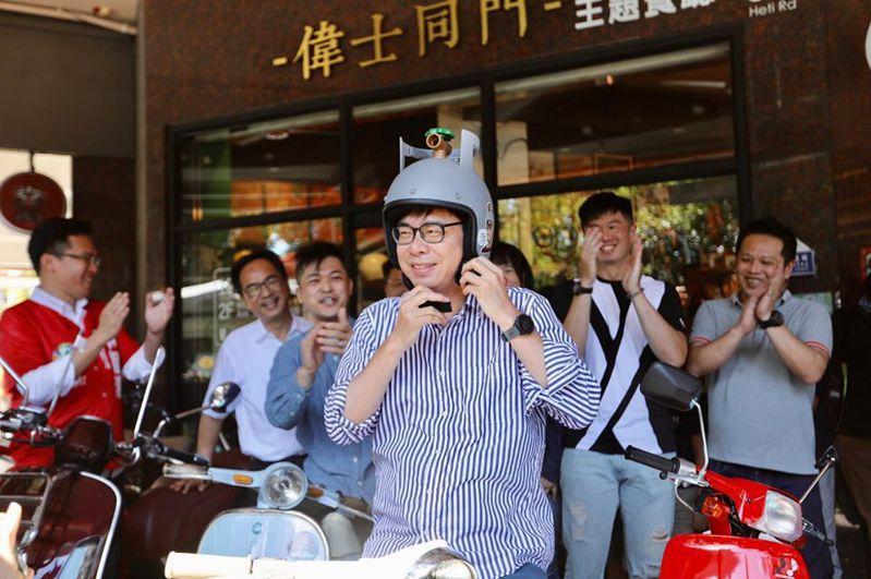 民進黨籍高雄市長候選人陳其邁與高雄年輕人進行創業交流,並在現場試騎偉士牌機車。圖/取自陳其邁臉書