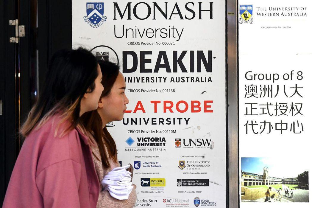 澳洲各大城到處可見中文告示牌。圖為墨爾本市中心的廣告。法新社
