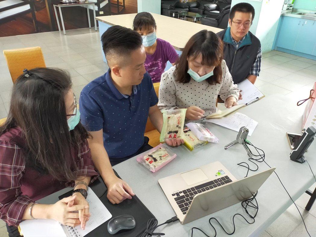 嘉義市小夫妻拌麵總經理王德輝等人透過視訊會議,與海外買主介紹產品。圖/王德輝提供