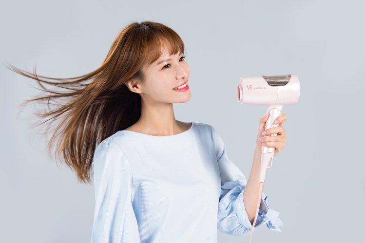 沙宣水膜力系列新品,搭載獨家Moistwrap等離子水膜科技,透過吹整髮絲同時釋...