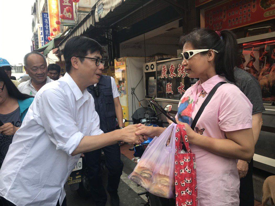今天是假日,旗山老街遊客眾多,民進黨高雄市長參選人陳其邁(左)到老街爭取支持。記...