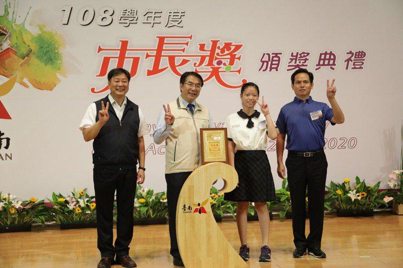 台南市教育局今天下午舉辦第五場市長獎頒獎典禮,市長黃偉哲頒獎給得獎學生。記者鄭惠仁/攝影
