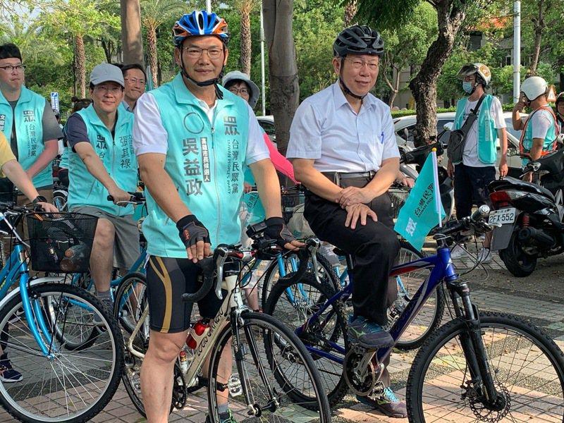 台灣民眾黨主席柯文哲(前右)參加高雄市長補選民眾黨參選人吳益政(前左)「高雄益起騎,民眾作伙騎」腳踏車隊活動,從高雄市議會出發騎到競選總部。記者徐如宜/攝影