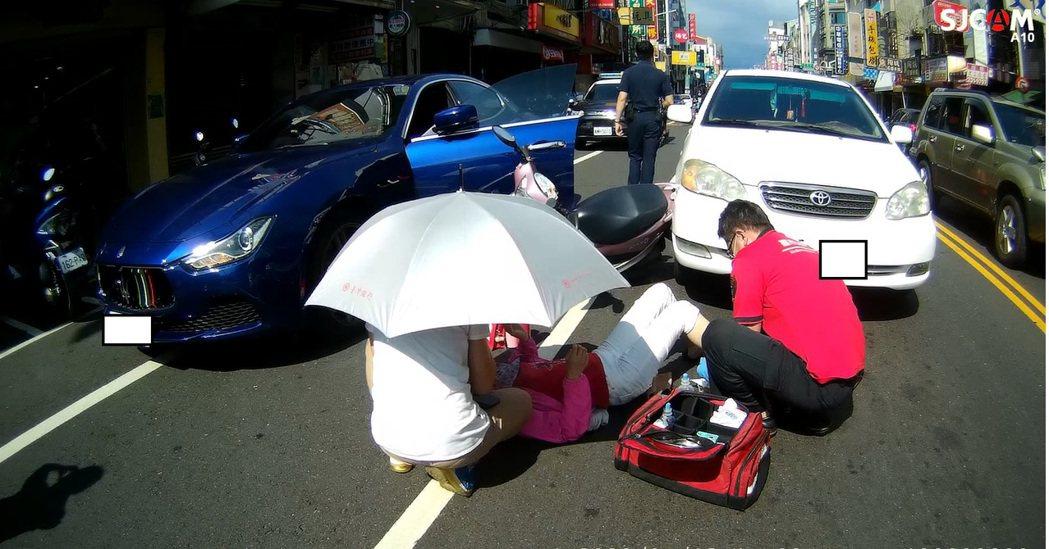 嘉義市瑪莎拉蒂在路邊停車後突開車門,造成女騎士受傷。記者李承穎/翻攝