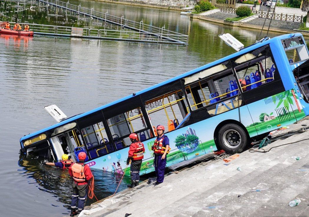 貴州安順一輛載有高考考生的公車,7日衝入水庫。圖/ 新華社