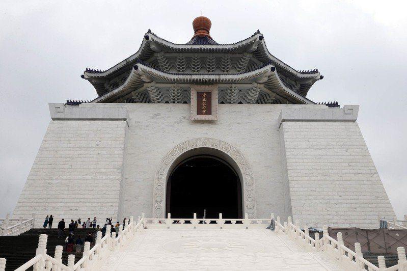 中正紀念堂在戒嚴時期落成,並把周邊區域50公尺列為管制範圍,限制建物高度。 圖/聯合報系資料照片