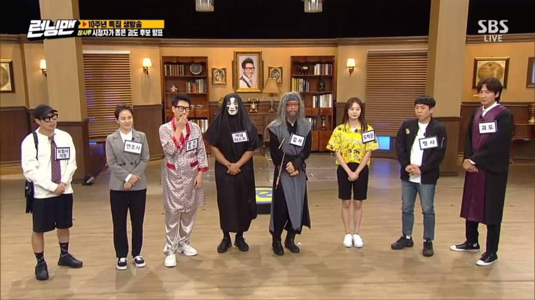 「RM」主持群在直播中感謝觀眾支持。圖/摘自IG