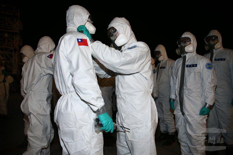 除了國防部自身的軍醫與化學兵,高雄榮總與義大醫院也都投入生物疾病緊急狀態的演練。圖/軍聞社
