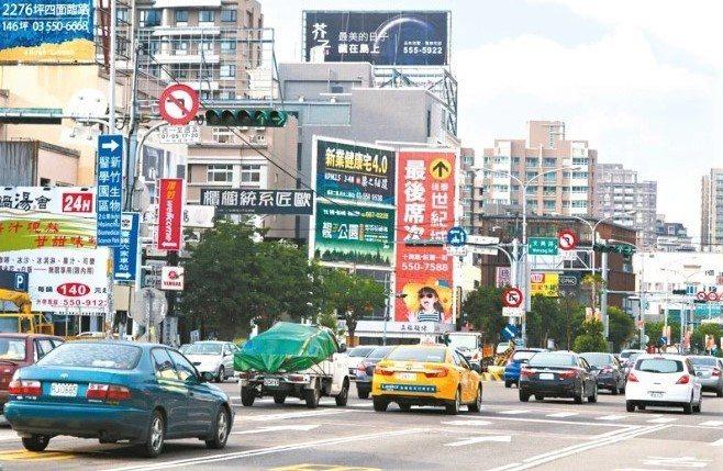新竹縣市啟動「大新竹地區智慧交控系統」計畫,透過路口監視器、車流偵測設備,動態調整約36處紅綠燈時間。記者陳斯穎/攝影