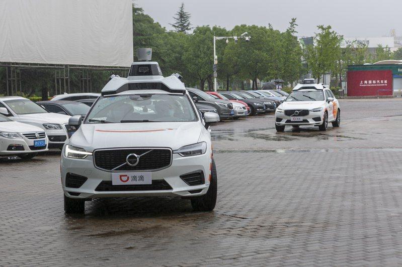 上海近日啟動智能網聯汽車規模化示範應用,首批智能網聯汽車在滴滴出行App上開放服務。(新華社)