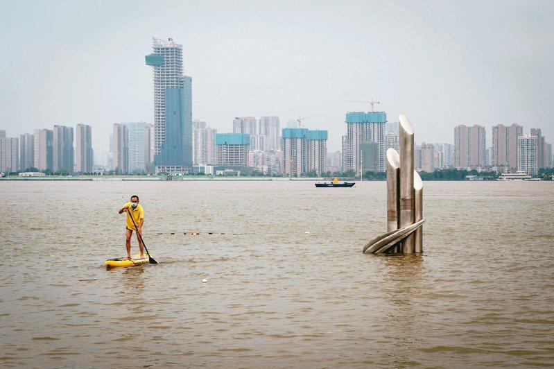 截至十二日十二時,長江漢口站水位已達到廿八.六八公尺。未來幾天長江漢口站水位仍將持續上漲。圖中從江中標誌物刻度可看到現在水位與九八年水位的距離。 (新華社)