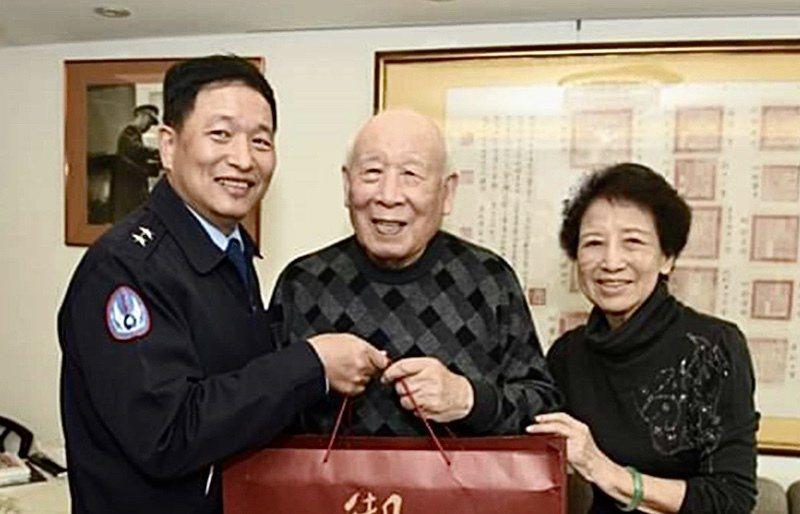 空軍黑蝙蝠34中隊隊長趙欽(中)。圖/青年日報提供