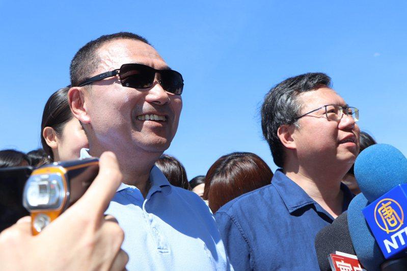 新北市長侯友宜(左)與桃園市長鄭文燦(右)昨共同出席「新北桃園步道遊,淘心一起走」活動。記者吳亮賢/攝影