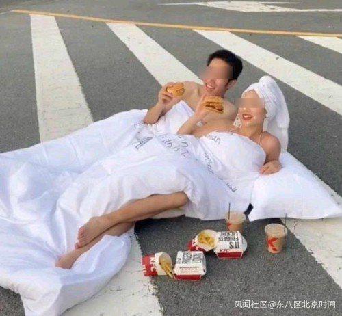 大陸新人裹著床單在馬路上拍婚紗。圖/取自鳳凰網