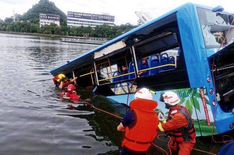 中國貴州一輛公車突然急轉彎墜入湖中,導致司機在內全車21人死亡的慘劇,12日警方...