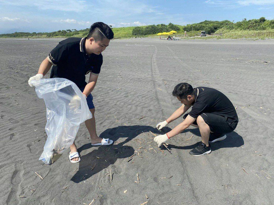 宜蘭清水海邊沙灘溫度炙熱逼人,仍沒澆熄21世紀不動產蘭陽區宏鎰集團淨灘從事公益的...