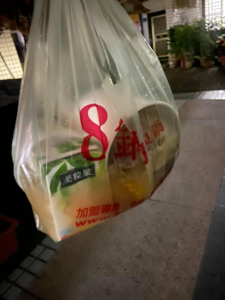 外送員送餐來後,網友發現火鍋內的湯都灑出來,害她只能吃沒有湯的火鍋。圖/取自爆料公社