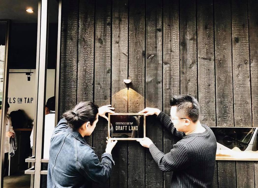 游適任(右)和調酒師好友鄒斯傑一起創立酒吧Draft Land。 圖/游適任提供