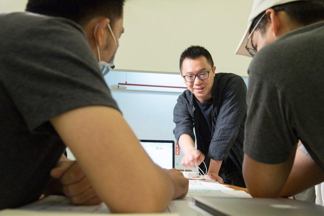 游適任和團隊針對不同計畫互相激盪想法。 圖/陳立凱拍攝
