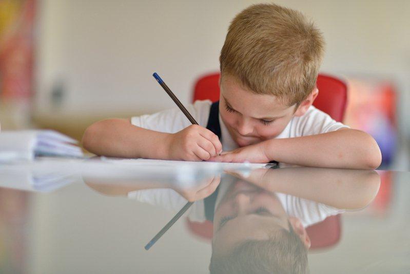 有名媽媽分享看到就讀國小二年級的兒子期末考考卷。示意圖/ingimage