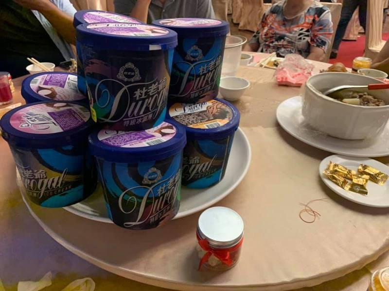 一名女網友PO文提到,近日她參加老公好友的婚宴,到最後一樣餐後甜點時,竟然送上每人一桶「家庭號冰淇淋」!」圖擷自爆怨公社
