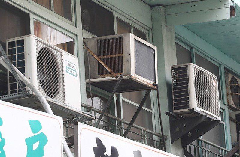 想要長時間吹冷氣,最好選擇變頻機種,繳電費時才不會太心痛。 聯合報系資料照/記者黃仲裕攝影